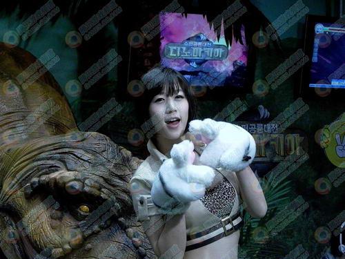 超级恐龙对战网游《dinomachia》展台现场,与恐龙相伴的美女,挥舞可爱